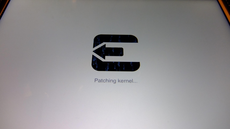 evasi0n: An dieser Stelle hängt das Programm. Durch das gleichzeitige Drücken von Power- und Home-Taste für 10 Sekunden lässt sich das iPad neustarten.